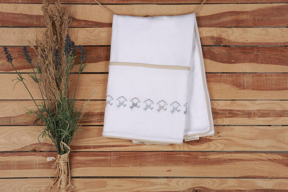 Picture of HAND KNITTED HORSE DESIGN %100 ORGANIC BLANKET
